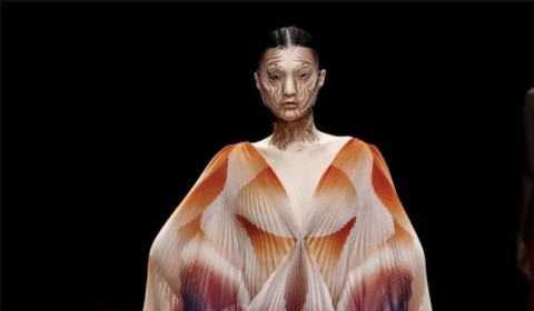 Iris van Herpen, la styliste de l'impression 3D, présente sa collection Shift Souls